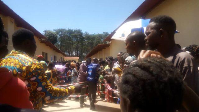 RDC-Lubumbashi: Un agent de la CENI distribue les accréditations des observateurs à 100 mètres d'un centre de vote