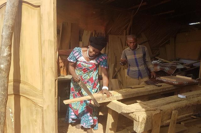 RDC: le rôle de la femme dans la chaine d'exploitation artisanale du bois d'œuvre dans la Tshopo