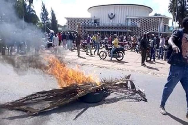 Lubumbashi: les jeunes de l'UDPS brulent des pneus devant le siège de l'assemblée provinciale