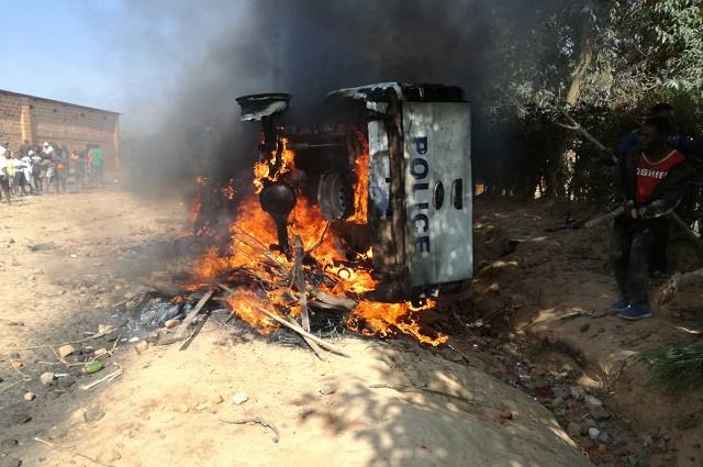 Kipushi: une Jeep de la police incendiée par la population en colère