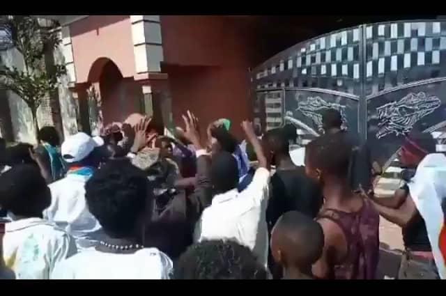 Lubumbashi: malgré l'annulation de la marche, des centaines de sympathisants devant la résidence de Moïse Katumbi