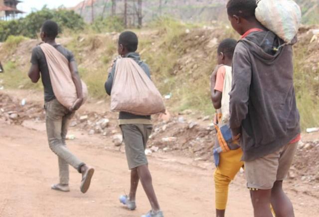 Kolwezi: la présence des enfants dans les mines de cobalt un défi